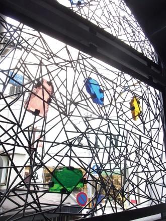 DK四条ビル:ガラスと鉄線の壁